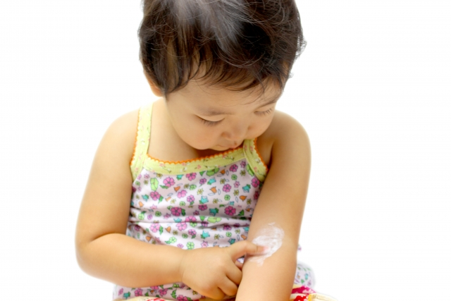 外用剤を塗る赤ちゃん